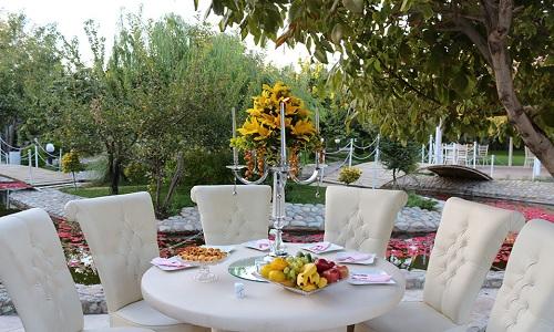 میز و صندلی های پذیرایی در باغ
